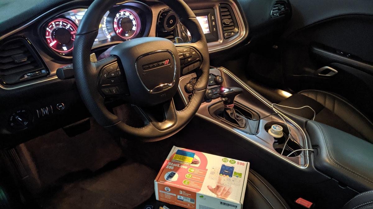 Установка GSM автосигнализации с автозапуском на Dodge Challenger